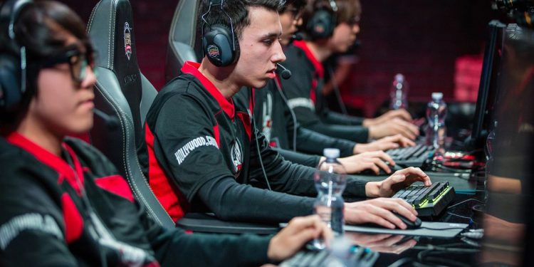 Even though many people think that gamers don't get that much money, the numbers are telling us a completely different story. Professional League of Legends players make around $75,000 on average. While that's a lot of money, they make even more money through direct sponsorships and their social media channels!